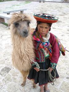 Dziewczynka z plemienia Quechua z lamą
