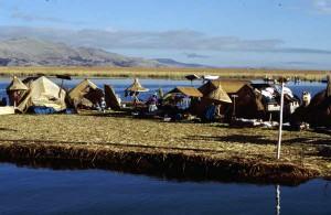 """""""Pływająca wioska"""" na jeziorze Titicaca"""