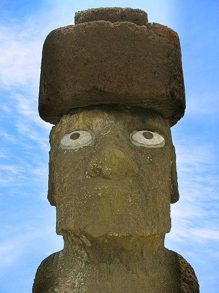 Moai z ozdboą na głowie i zrekonstruowanymi oczami
