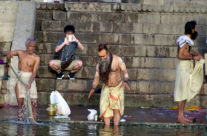 Indie, Varanasi: kąpiel w Gangesie