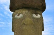 Wyspa Wielkanocna – Moai z ozdboą na głowie i zrekonstruowanymi oczami