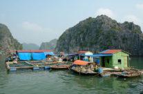 Zwiedzanie Wietnamu wioska rybacka w Zatoce Halong